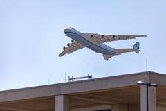 El avión de transporte, Antonov 225 Mriya vuela en el cielo Imagenes de archivo
