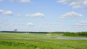 El avión de Wizzair saca del aeropuerto de Vilna en 26 puede 2016, Vilna, Lituania metrajes