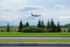 el avión del azur del aire de la línea aérea está aterrizando en el aeropuerto de Pulkovo Fotos de archivo
