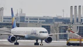 El avión del cóndor en descongela el cojín, descongelando, aeropuerto de Munich almacen de video