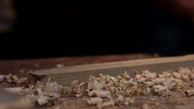 El avión del carpintero y afeitar en tablones de madera almacen de metraje de vídeo