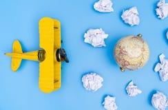 El avión del juguete está volando hacia fuera la nube de papel al mundo fotos de archivo libres de regalías