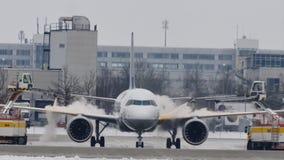 El avión en descongela el cojín, descongelando, aeropuerto de Munich metrajes