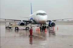 El avión en el aeropuerto en el cargamento Fotografía de archivo libre de regalías