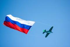 El avión en el cielo con la bandera rusa Imágenes de archivo libres de regalías