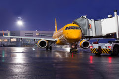 El avión en el estacionamiento del aeropuerto en la noche Imagenes de archivo