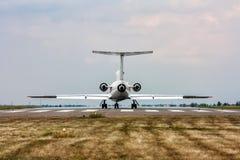 El avión en la pista Fotos de archivo