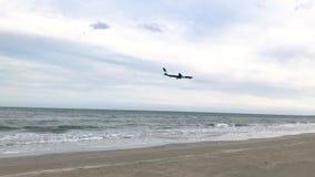 El avión entra el aterrizaje, vuela sobre el mar y desciende en la ciudad metrajes