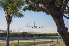 El avión está aterrizando en LAX Imagenes de archivo