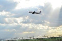 El avión está volando Foto de archivo