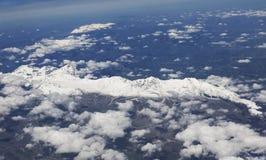El avión está volando sobre las dolomías Imagen de archivo libre de regalías