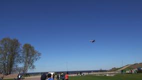 El avión hace un pico y vuela bajo sobre la tierra almacen de video