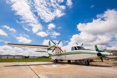 El avión hizo la lluvia artificial Fotos de archivo