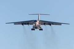 El avión IL-76 EMERCOM ruso del cargo está aterrizando Fotografía de archivo