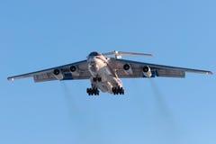 El avión IL-76 EMERCOM ruso del cargo está aterrizando Imágenes de archivo libres de regalías