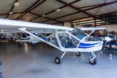 El avión ligero acepilla el taller del hangar Imagen de archivo libre de regalías