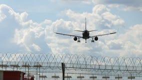 El avión llega el aeropuerto detrás ve almacen de video