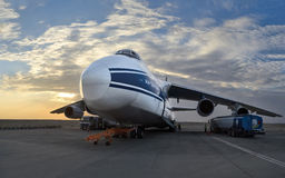 El avión más grande An-124-100 (Rusia) del mundo en rellenar en el aeropuerto Al Ain Fotografía de archivo libre de regalías