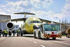 El avión más nuevo Antonov An-178 del transporte se remolca al campo de aviación de la prueba de vuelo, el 16 de abril de 2015 Foto de archivo libre de regalías