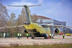 El avión más nuevo Antonov An-178 del transporte se remolca al campo de aviación de la prueba de vuelo, el 16 de abril de 2015 Imagen de archivo libre de regalías