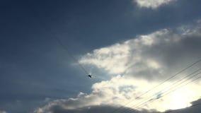 el avión militar Su-24 del jet vuela por encima cerca almacen de video