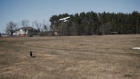 El avión modelo saca en el cielo del campo almacen de metraje de vídeo