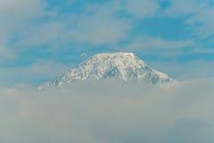 El avión privado pasa el Mt baldy Fotos de archivo