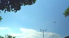 El avión saca del aeropuerto El aeropuerto en Hong Kong El avión grande saca en los haces del sol Vista lateral almacen de video