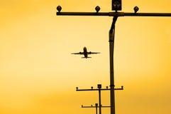 El avión saca durante puesta del sol Imagen de archivo