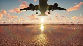El avión saca en el fondo de la salida del sol en la cámara lenta