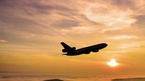 El avión saca en la salida del sol