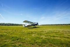 El avión se coloca en el campo de hierba Foto de archivo libre de regalías