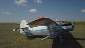 El avión se coloca en un pequeño campo de aviación al lado del camino metrajes