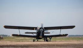 El avión se está preparando para sacar en el aeródromo en fondo del cielo Fotografía de archivo