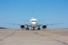El avión se mueve en la pista de rodaje Fotografía de archivo