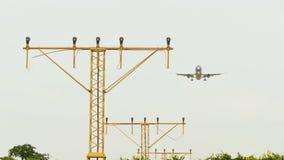 El avión se sienta sobre los faros de las luces de pista metrajes