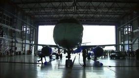 El avión se sirve en el hangar