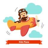 El avión sonriente feliz del vuelo del niño le gusta un piloto real Foto de archivo libre de regalías