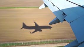 El avión viene adentro aterrizar en el aeropuerto, el aterrizaje de la opinión de los aviones del iluminador almacen de metraje de vídeo