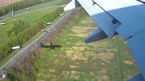 El avión viene adentro aterrizar en el aeropuerto, el aterrizaje de la opinión de los aviones de los timelaps de la ventana almacen de metraje de vídeo