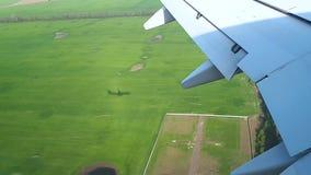 El avión viene adentro aterrizar en el aeropuerto, el aterrizaje de la opinión de los aviones de la ventana almacen de metraje de vídeo