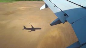 El avión viene adentro aterrizar en el aeropuerto, el aterrizaje de la opinión de los aviones de la ventana metrajes