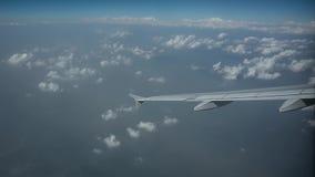 El avión vuela en la mucha altitud sobre las nubes Shevelev almacen de metraje de vídeo