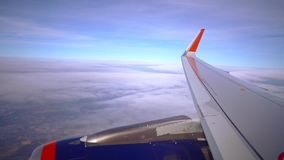 El avión vuela maravillosamente sobre las nubes almacen de video