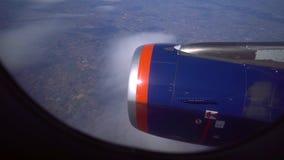 El avión vuela maravillosamente sobre las nubes metrajes