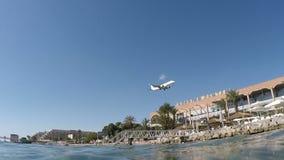 El avión vuela sobre la bahía azul del mar almacen de video