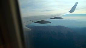 El avión vuela sobre las montañas almacen de video