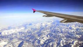 El avión vuela sobre las montañas almacen de metraje de vídeo