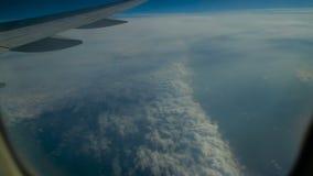 El avión vuela sobre las nubes metrajes