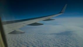 El avión vuela sobre las nubes almacen de metraje de vídeo